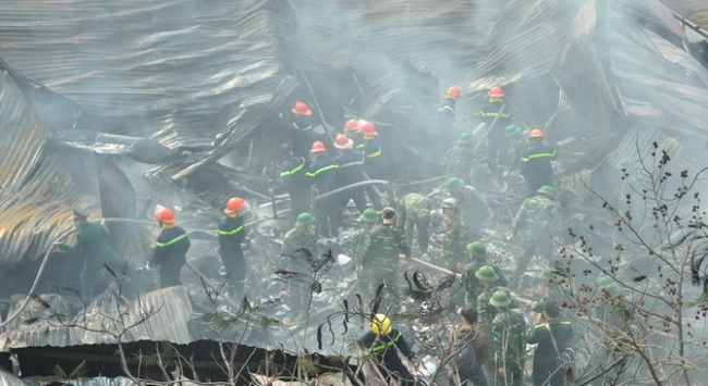 Kho hàng tết 4000 m2 cháy dữ dội giữa trưa Hà Nội