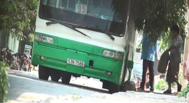 Rút dầu xe buýt bán cho đầu nậu