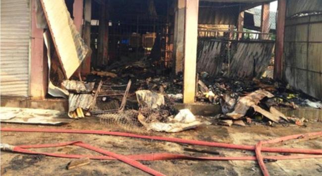 Cháy chợ trong đêm, hàng chục gian hàng bị thiêu rụi