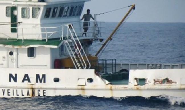 Tàu kéo Trung Quốc đâm trực tiếp vào tàu Kiểm ngư Việt Nam