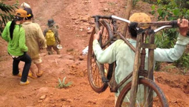 """Mỏ vàng đóng cửa - nguy cơ công nhân trở thành """"vàng tặc"""""""
