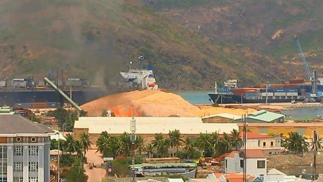 Cảng Quy Nhơn đang cháy dữ dội
