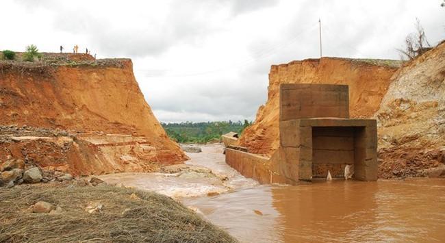 Đê quai thủy điện ở Lào Cai: Đầu tư tiền tỷ - 3 năm vỡ 3 lần!