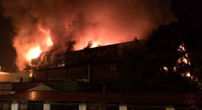 Cháy quán bar ở Hà Nội, hàng nghìn người náo loạn
