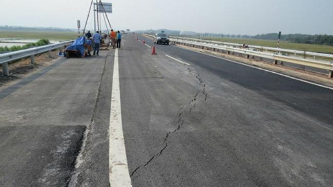 Nứt cao tốc dài nhất Việt Nam: Nhà thầu thi công phải chịu trách nhiệm