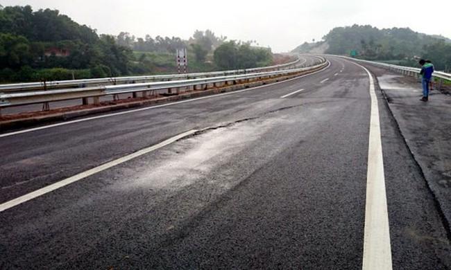 Vì sao đường cao tốc dài nhất Việt Nam nứt toác?