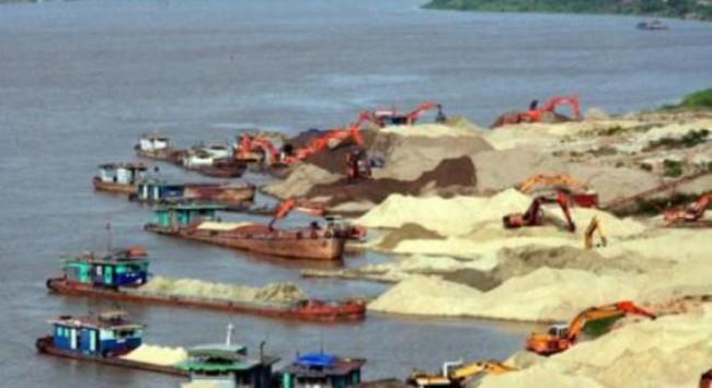 """Tàu cát vẫn ngang nhiên """"rút ruột"""" sông Hồng"""
