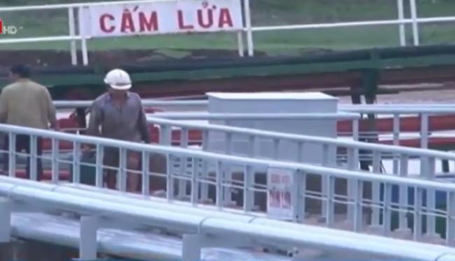 """Cận cảnh thủ đoạn """"rút ruột"""" xăng dầu ở Nghệ An"""