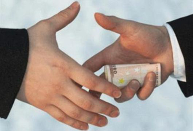 """Bộ Công Thương xử lý vụ cán bộ bị nghi nhận """"tiền lót tay"""""""