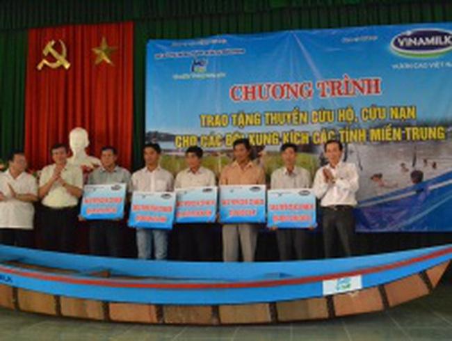 Vinamilk tặng thuyền cứu hộ cho người dân Miền Trung