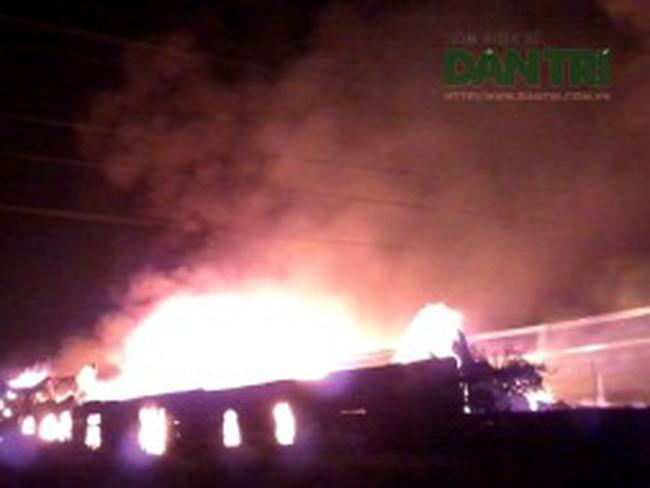 Hỏa hoạn cực lớn, hơn 1.000m2 nhà xưởng bị thiêu rụi