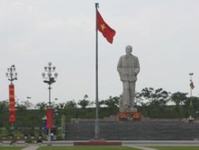 Dựng tượng đài Chủ tịch Hồ Chí Minh trước UBND TP.HCM