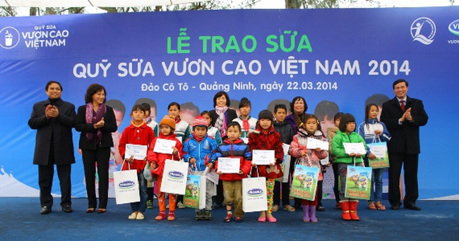 """Vinamilk dành 8 tỷ đồng cho quỹ sữa """"Vươn cao Việt Nam"""" năm 2014"""