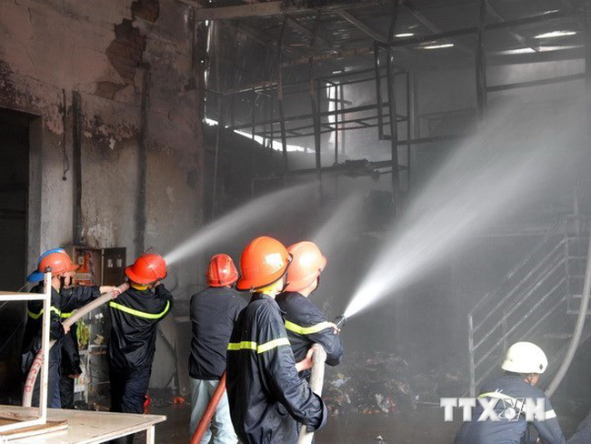 Cháy lớn tại xưởng gỗ ở TP.HCM, thiêu rụi 1.000m2 nhà xưởng