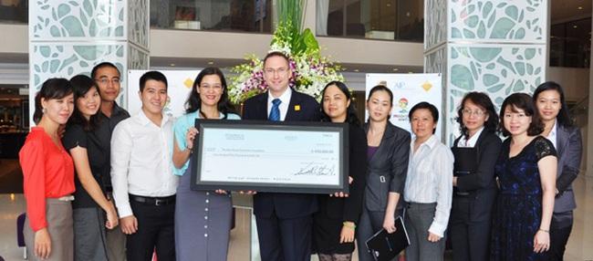 UPS trao tặng mũ bảo hiểm cho trẻ em tại Việt Nam