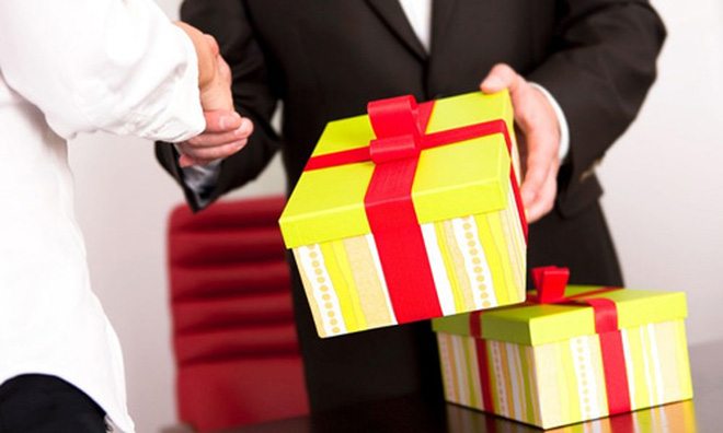 Nhiều doanh nghiệp coi việc tặng quà cán bộ công chức là hoạt động kinh doanh bình thường