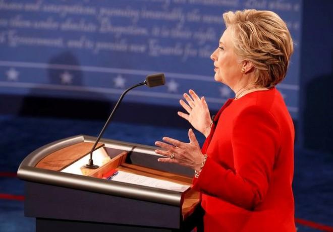 """Kết thúc tranh luận, thị trường tài chính """"trao bàn thắng"""" cho bà Hillary Clinton"""