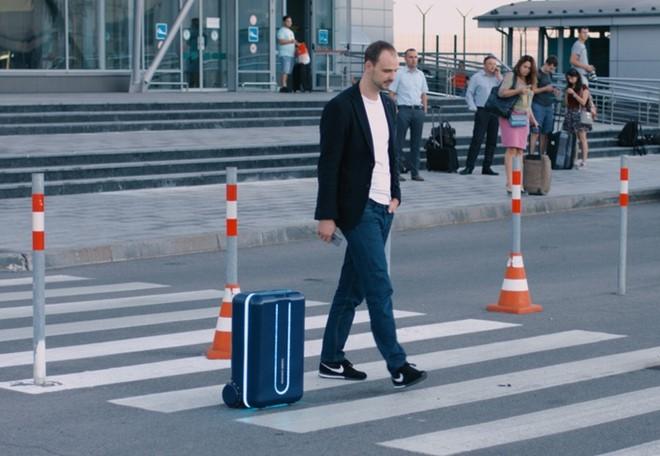 """Vali thông minh, """"tự di chuyển theo chủ nhân"""" dành cho tín đồ cuồng du lịch"""