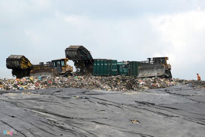Toàn cảnh bên trong bãi rác khổng lồ gần trung tâm Sài Gòn