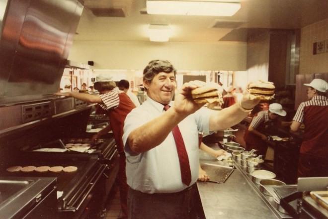 """""""Cha đẻ"""" món bánh kẹp Big Mac biểu tượng qua đời ở tuổi 98"""