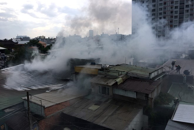 Kho chứa vàng mã rộng 300 m2 bốc cháy giữa Sài Gòn