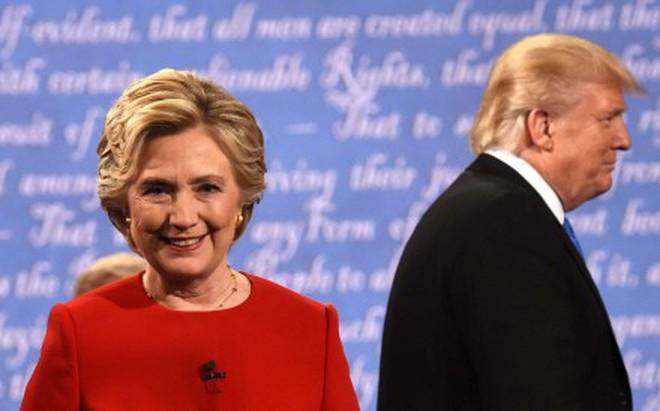 """Bầu cử Tổng thống Mỹ: """"Vạch áo cho người xem lưng""""?"""