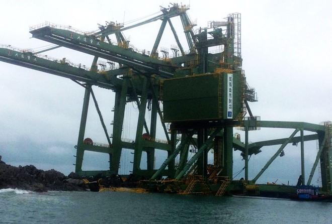 Giàn cẩu khổng lồ của Formosa mắc kẹt ở biển Quảng Bình