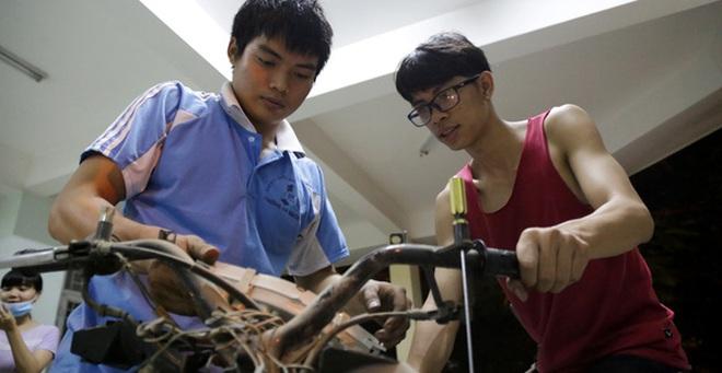 """Những chàng sinh viên """"sửa xe máy, chỉ lấy hộp cơm"""" cực đáng yêu ở ĐH Quốc gia TP. HCM"""