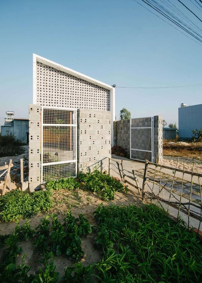 """Căn nhà 90m² có """"hoa nắng"""" nhảy nhót nhờ 1300 viên gạch lỗ do vợ chồng gia chủ tự đóng ở Kon Tum"""