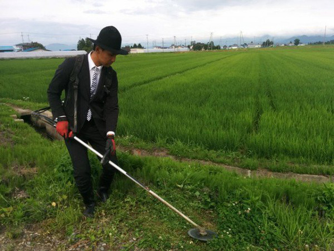 Chàng nông dân Nhật Bản kỳ lạ với sở thích mặc vest đi lội ruộng, cắt cỏ