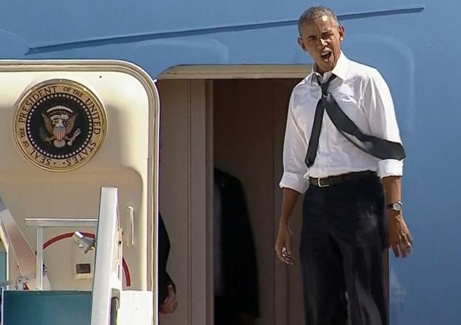 Tổng thống Obama đứng ngồi không yên trên bậc thềm Air Force One vì người tiền nhiệm Clinton