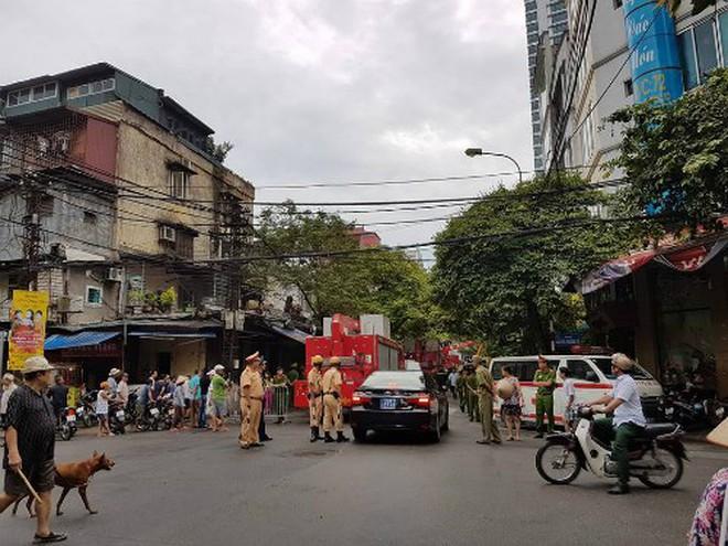 Hà Nội: Sập nhà 4 tầng, nhiều người bị vùi lấp