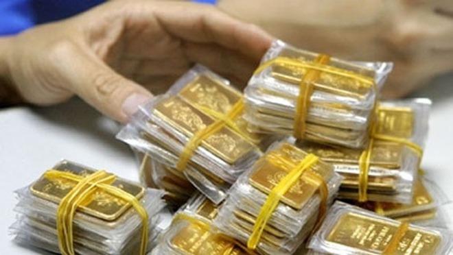 Giá vàng giảm nhẹ, nhà đầu tư thận trọng
