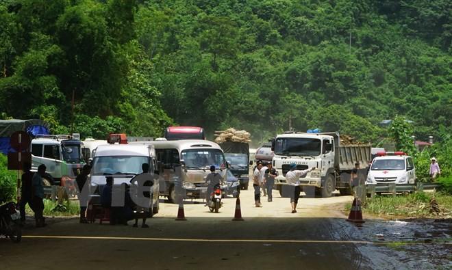 """[Video] Hàng ngàn phương tiện ì ạch """"bò"""" qua quốc lộ 4D lên Sa Pa"""