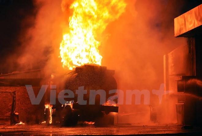 Cháy xe bồn chở xăng dầu, ngọn lửa bao trùm toàn bộ xe