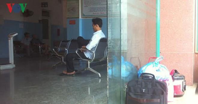 Bệnh viện nợ lương 8 tháng: Hơn 200 y, bác sỹ đình công