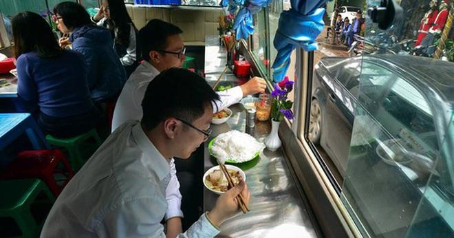 Quán bún chả trên xe khách ở trung tâm Hà Nội bị phạt 2,5 triệu đồng