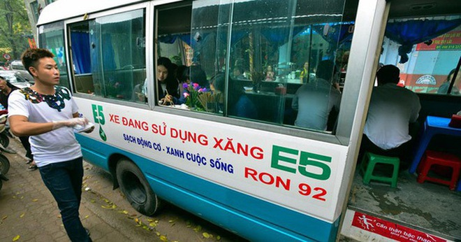 Hàng phở bò trên ô tô phố trung tâm hút khách sau chiến dịch giành vỉa hè ở Hà Nội