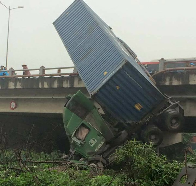 Tai nạn liên hoàn, xe container cắm đầu xuống chân cầu