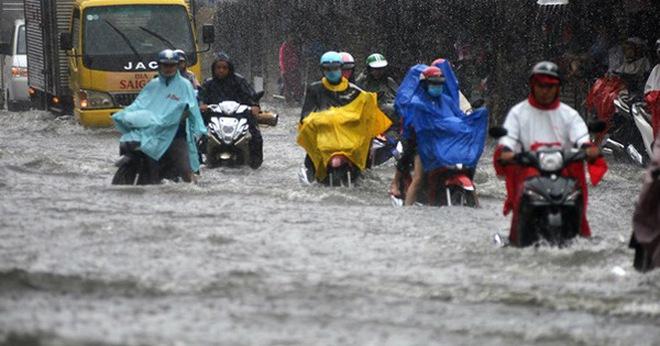 Sài Gòn mưa lớn, nhà dân biến thành hầm chứa nước trên đại lộ Phạm Văn Đồng