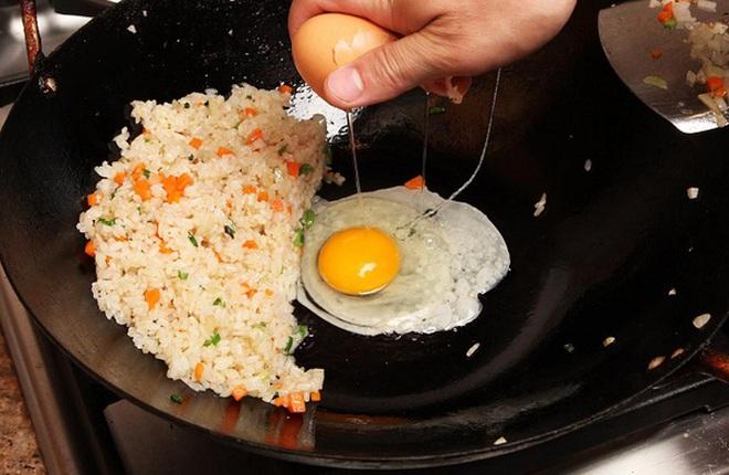 """Nhìn từ đĩa cơm rang trứng, bạn sẽ hiểu vì sao tôi sẵn sàng chịu """"thiệt"""" khi bỏ tiền mua hàng ủng hộ startup Việt Nam"""