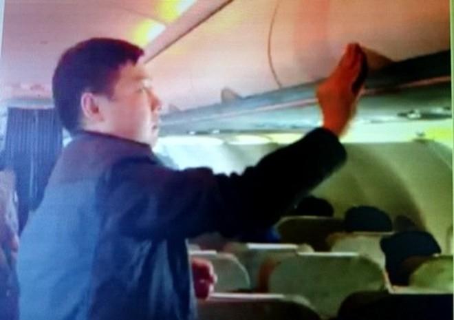 Khách Trung Quốc lấy trộm 400 triệu đồng trên máy bay