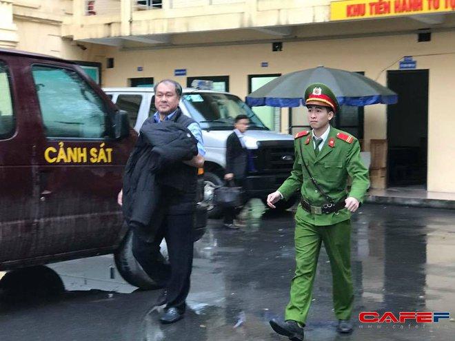 Hình ảnh các bị cáo Hà Văn Thắm, Phạm Công Danh trong chiều mưa tầm tã
