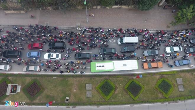 Xe máy, ôtô giành đường buýt nhanh BRT