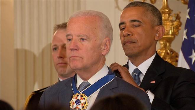 Ông Obama khiến cấp phó rơi lệ với món quà bất ngờ trước khi rời Nhà Trắng