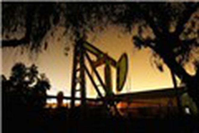 Giá dầu tăng gần 2% nhờ dự trữ giảm