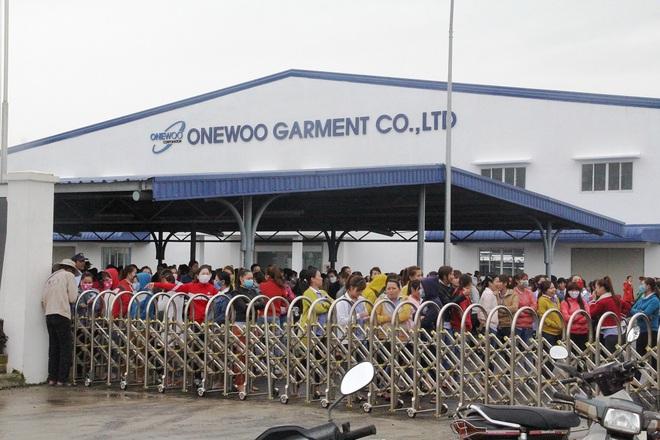 Bức xúc lương thưởng, gần 1.000 công nhân ngừng việc phản đối