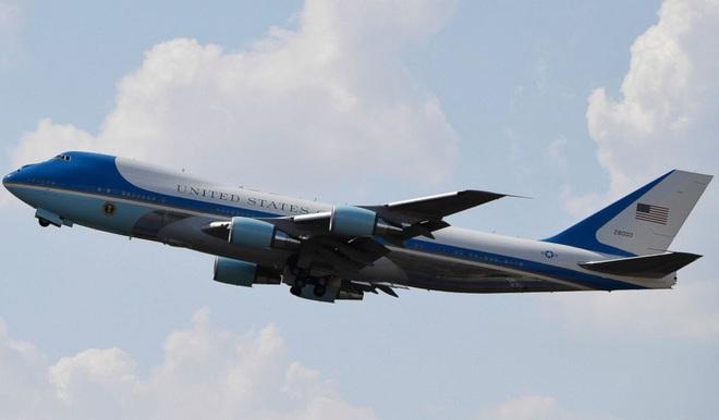 Air Force One của ông Donald Trump bị phi cơ lạ áp sát