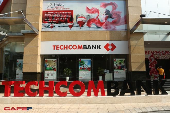 Vừa đầu năm mới, Techcombank và Vietcombank đã thu lợi nhuận hàng trăm tỷ đồng