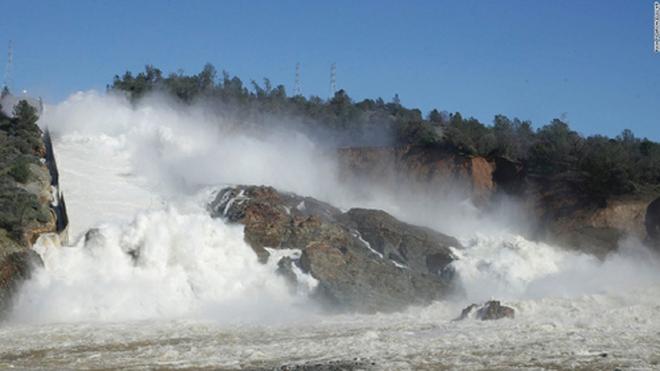Ba cơn bão dồn dập tấn công đập Oroville đang có nguy cơ vỡ - ảnh 1